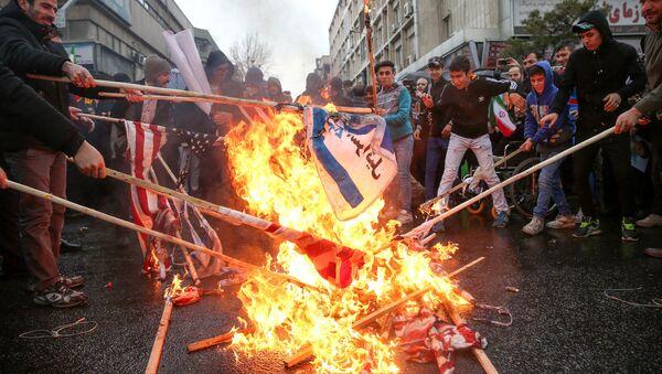 Иранцы сжигают флаги США во время мероприятий, посвященных 40-й годовщине Исламской революции в Тегеране, Иран - Sputnik Таджикистан