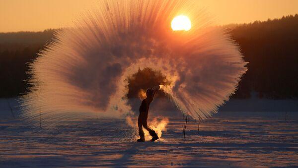 Девушка выплескивает горячую воду в при низкой температуре воздуха, принимая участие в Dubak Challenge, близ Красноярска, Россия - Sputnik Таджикистан