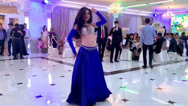 Грациозный танец от восточной девушки - видео - Sputnik Таджикистан
