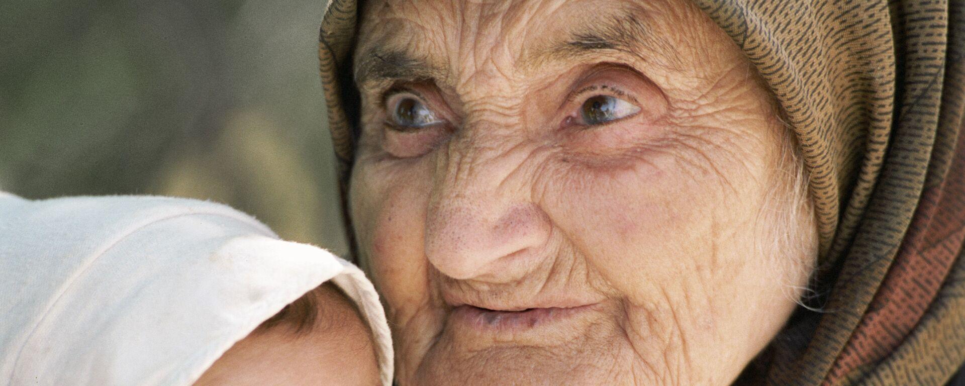 Старая женщина и ребенок - Sputnik Таджикистан, 1920, 21.07.2021