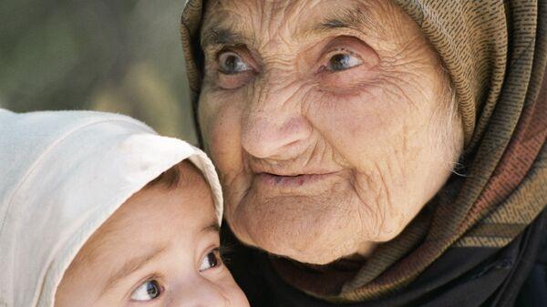 Старая женщина и ребенок - Sputnik Таджикистан