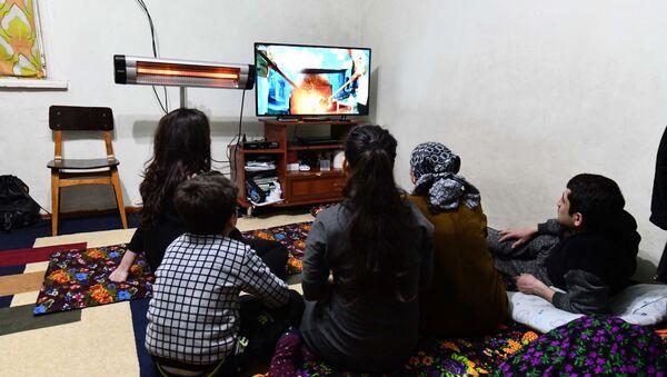 Семья смотрит телевизор, архивное фото - Sputnik Тоҷикистон