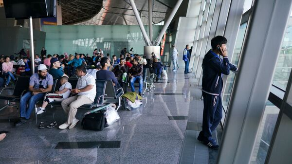 Граждане Узбекистана ждут самолета в терминале аэропорта Внуково - Sputnik Таджикистан