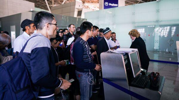 Граждане Узбекистана идут на посадку в терминале аэропорта Внуково - Sputnik Тоҷикистон