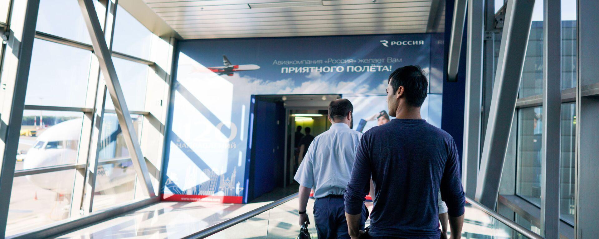 Граждане Узбекистана идут на посадку в терминале аэропорта Внуково  - Sputnik Таджикистан, 1920, 28.06.2021
