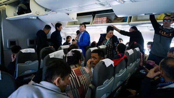 Граждане Узбекистана располагаются в самолете перед полетом - Sputnik Тоҷикистон