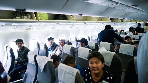 Граждане Узбекистана располагаются в самолете перед полетом - Sputnik Таджикистан