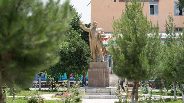 Памятник Ленину в городе Пенджикент - Sputnik Тоҷикистон