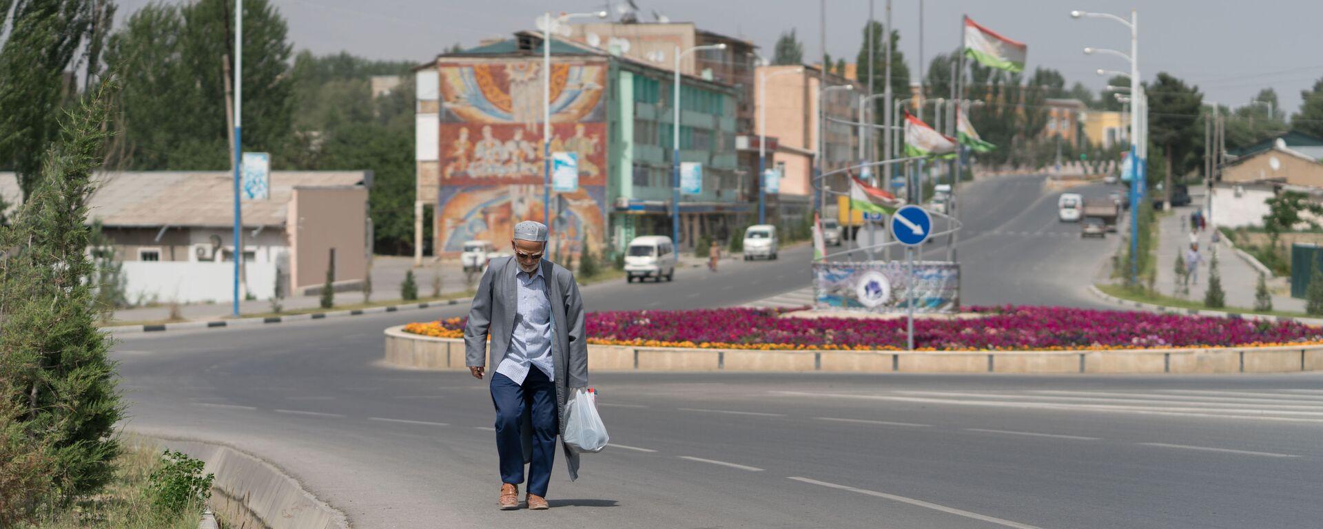 Дедушка прохожий на улице в городе Пенджикент - Sputnik Таджикистан, 1920, 26.07.2021