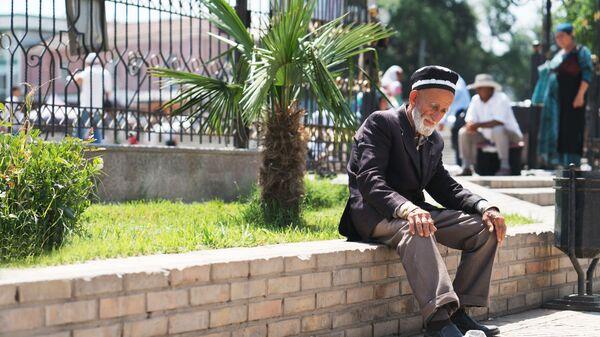 Дедушка отдыхает на улице в городе Худжанд, перед главной мечетью города - Sputnik Тоҷикистон