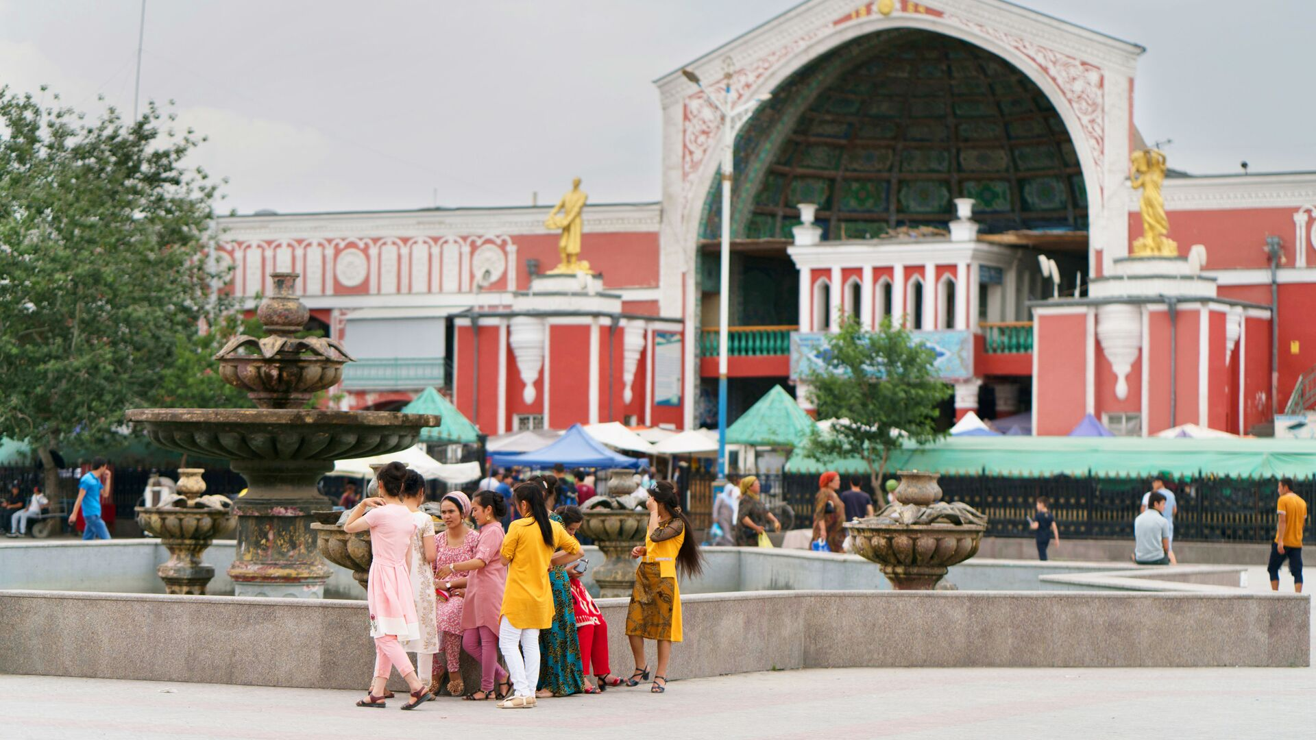 Жители города Худжанд на площади Регистан перед городским рынком Панчанбе - Sputnik Таджикистан, 1920, 29.07.2021