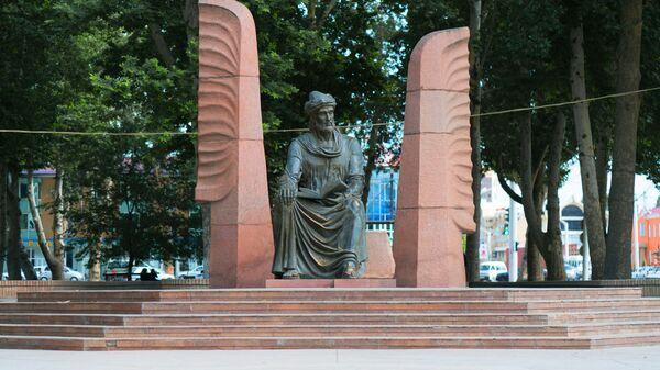 Памятник Камолу Худжанди в городе Худжанд - Sputnik Тоҷикистон
