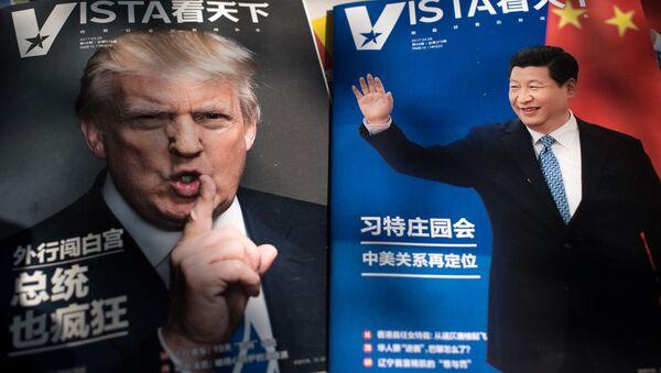 Портреты президента США Дональда Трампа и председателя КНР Си Цзиньпина на обложках журналов в Пекине, Китай - Sputnik Таджикистан