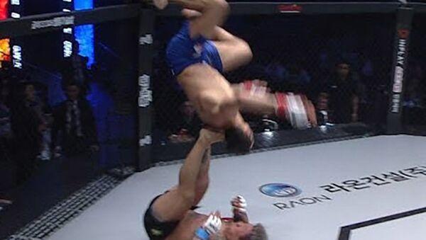 Боец MMA устроил акробатическое шоу и нокаутировал соперника - Sputnik Таджикистан