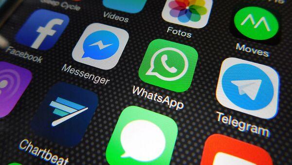 Логотип Whatsapp на экране телефона - Sputnik Таджикистан