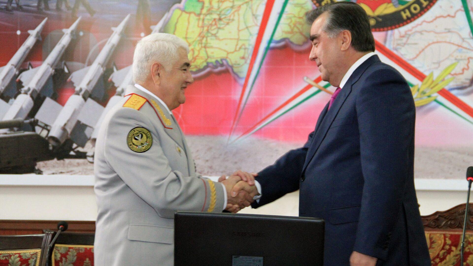 Эмомали Рахмон, президент и Шерали Хайруллоев, бывший министр обороны Таджикистана - Sputnik Тоҷикистон, 1920, 11.04.2021