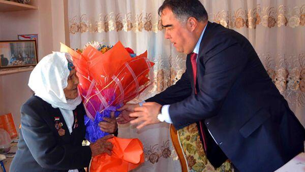 Глава Согдийской области в канун праздника Дня Матери посетил героя труда Хамроххон Тахирова - Sputnik Тоҷикистон