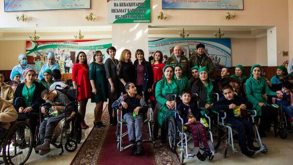 Российские военнослужащие в Таджикистане навестили дом для детей инвалидов - Sputnik Тоҷикистон