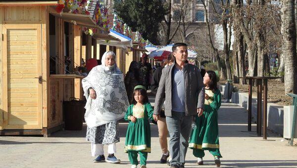 Семья прогуливается по парку в Душанбе - Sputnik Таджикистан