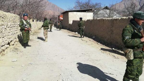 Пограничники на кыргызско-таджикском участке государственной границы - Sputnik Тоҷикистон