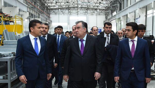 Эмомали Рахмон вместе с Рустамом Эмомали открыли автобусный завод в Душанбе - Sputnik Таджикистан