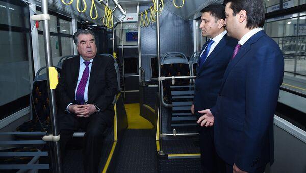 Эмомали Рахмон вместе с Рустамом Эмомали открыли автобусный завод в Душанбе - Sputnik Тоҷикистон