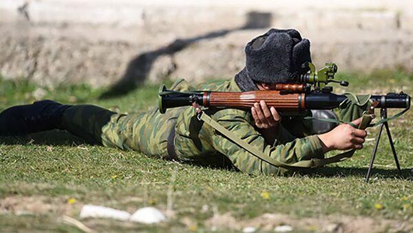 Военнослужащий во время учений - Sputnik Таджикистан