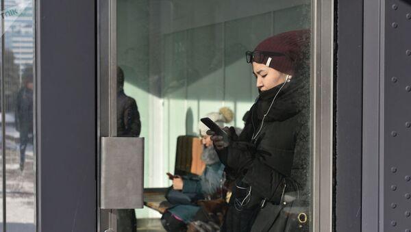 Женщина утром на автобусной остановке - Sputnik Таджикистан