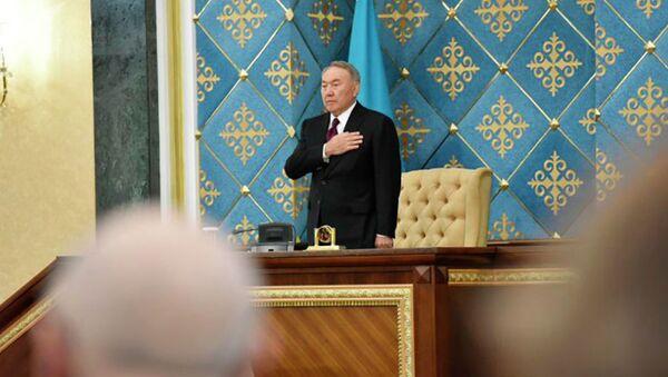 Нурсултан Назарбаев  во время исполнения гимна Казахстана - Sputnik Таджикистан