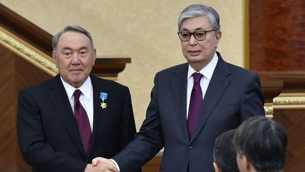 Председатель Сената Парламента Казахстана Касым-Жомарт Токаев (справа) и экс-президент Казахстана Нурсултан Назарбаев - Sputnik Тоҷикистон