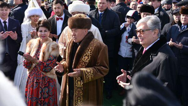 Н. Назарбаев и К.-Ж. Токаев с жителями Астаны - Sputnik Таджикистан