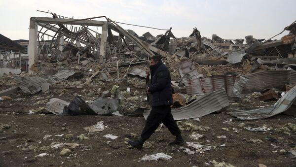 Афганский военнослужащий на месте взрыва  - Sputnik Таджикистан