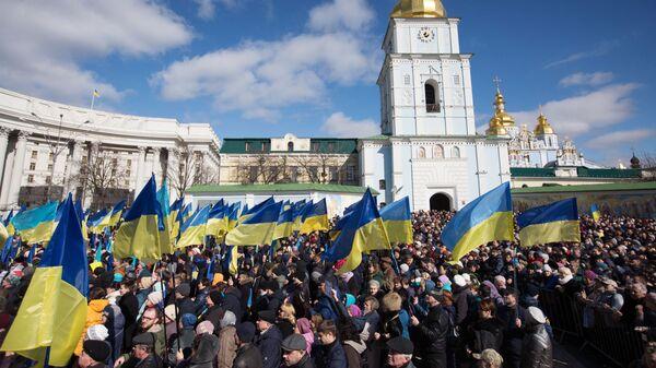 Люди слушают предвыборную речь президента Украины Петра Порошенко на Михайловской площади в Киеве - Sputnik Таджикистан