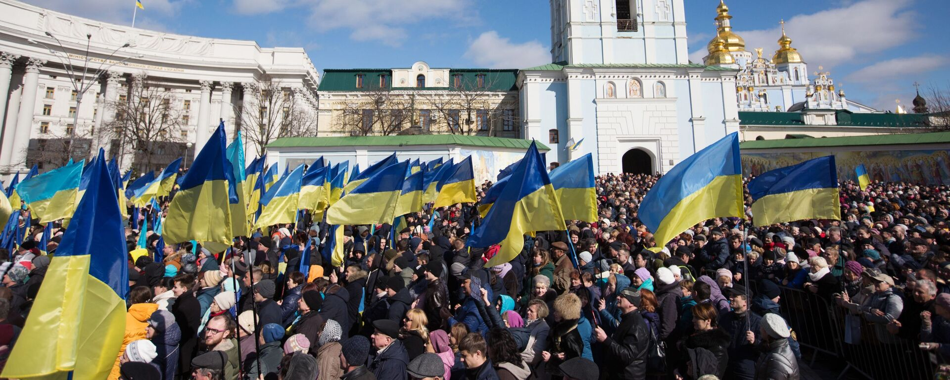 Люди слушают предвыборную речь президента Украины Петра Порошенко на Михайловской площади в Киеве - Sputnik Таджикистан, 1920, 19.08.2021