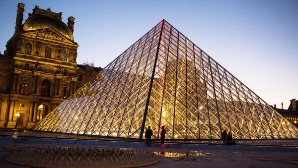 Стеклянная пирамида Лувра во дворе Наполеона - является одним из символов Парижа - Sputnik Таджикистан