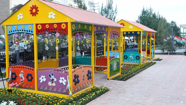 Во дворе нового детского сада в Согдийской области - Sputnik Таджикистан