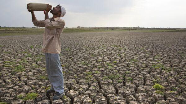 Мужчина на высушенной плотине Manjara Dam в Индии, архивное фото - Sputnik Таджикистан