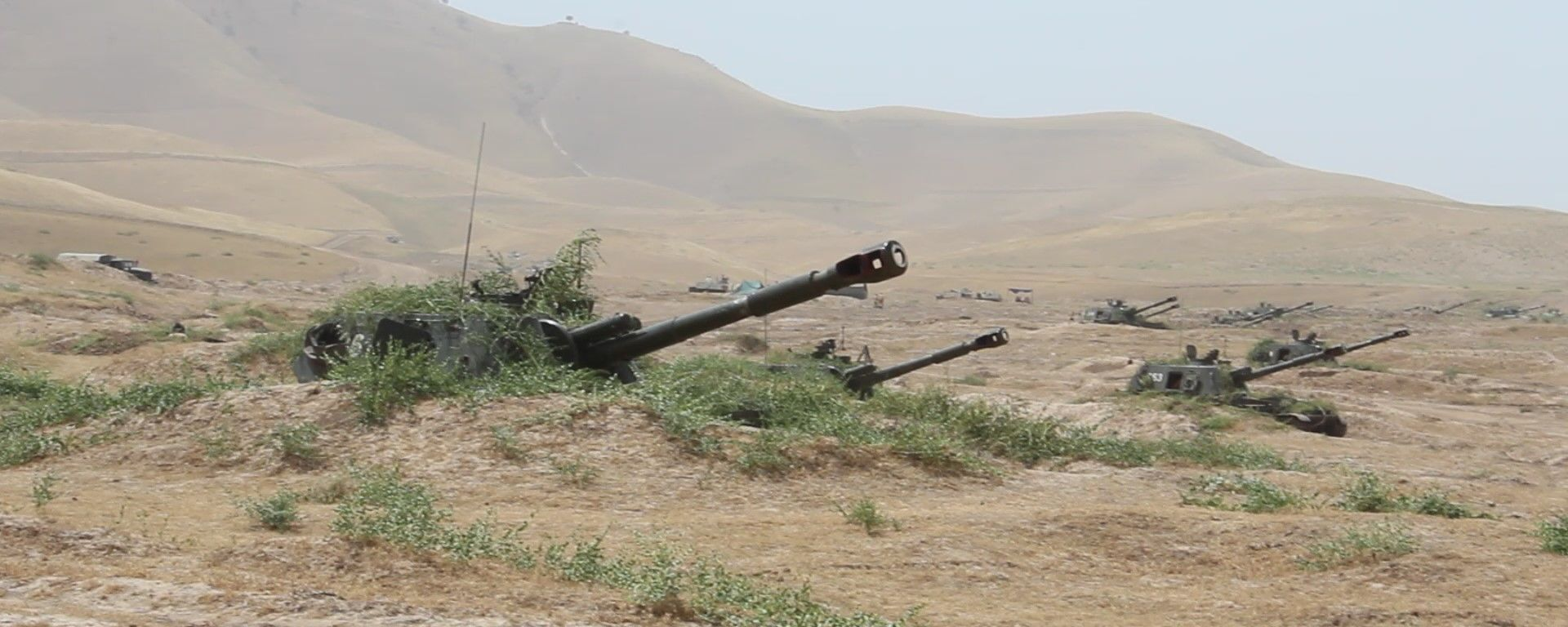 На полигоне Ляур с артиллеристами 201 военной базы в Таджикистане проведено учение по управлению огнем артиллерии - Sputnik Таджикистан, 1920, 07.07.2021