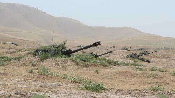 На полигоне Ляур с артиллеристами 201-й военной базы в Таджикистане проведено учение по управлению огнем артиллерии - Sputnik Таджикистан