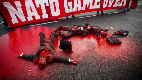 Демонстранты блокируют главный проспект, ведущий к конференц-центру, где проходит саммит НАТО в Лиссабоне  - Sputnik Таджикистан