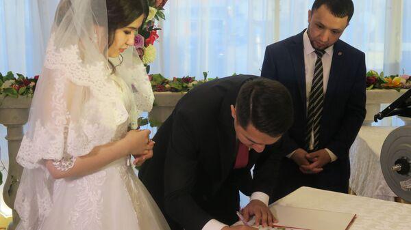 Молодожены расписываются на узбекской свадьбе - Sputnik Тоҷикистон