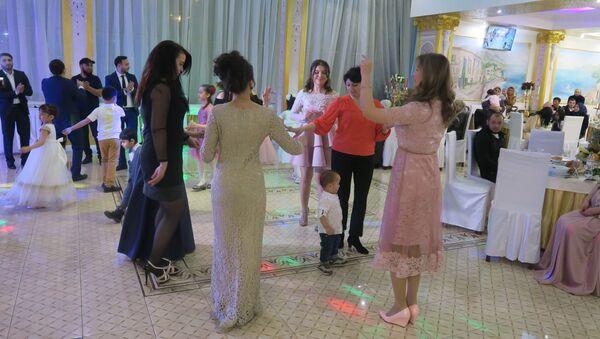 Гости танцуют на узбекской свадьбе - Sputnik Тоҷикистон