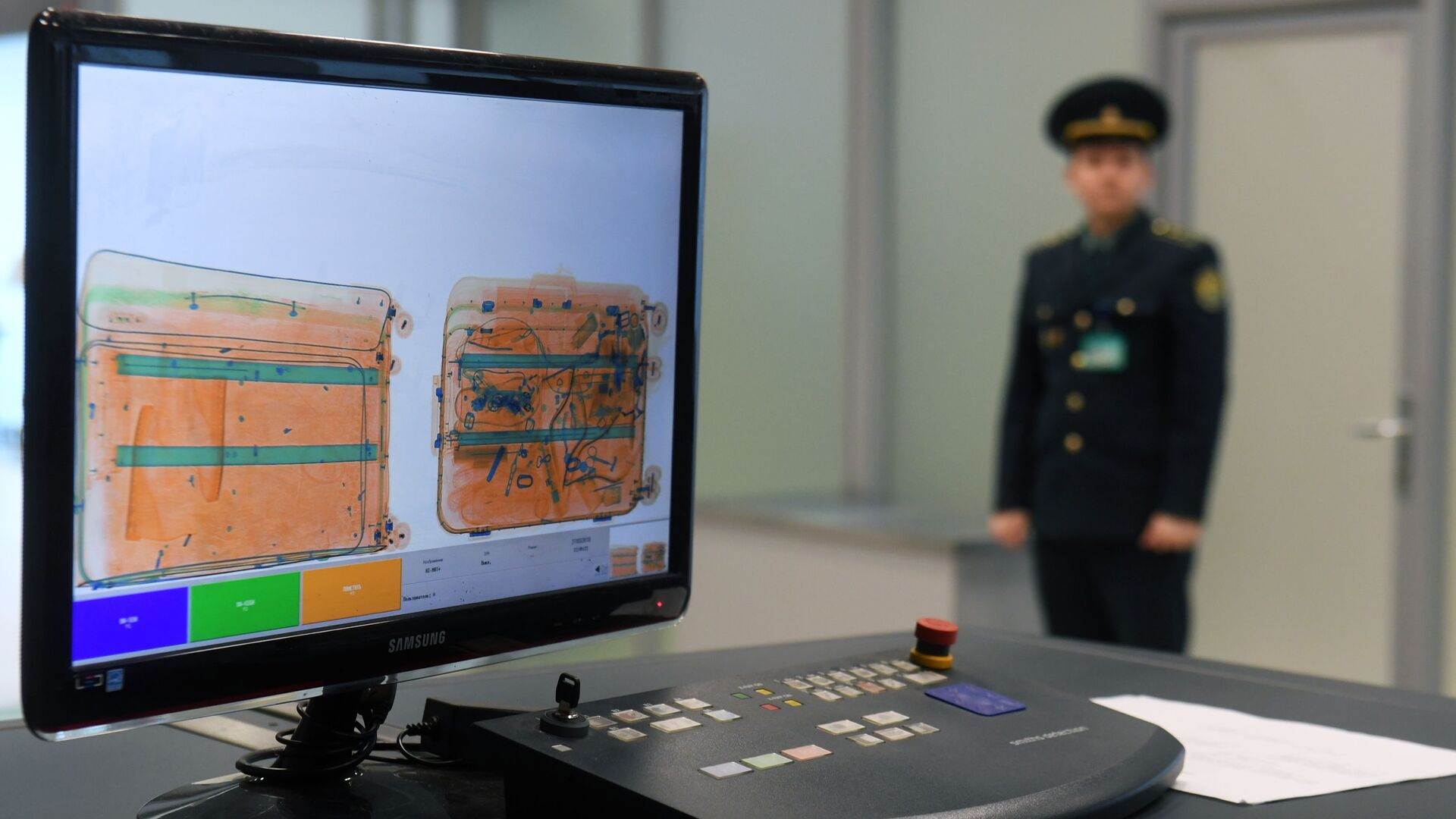Монитор багажного сканера (интроскоп) в зоне таможенного контроля  - Sputnik Таджикистан, 1920, 27.07.2021