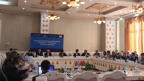 4 апреля с.г. Посол России в Таджикистане И.С.Лякин-Фролов принял участие в круглом столе на тему: Социальное измерение евразийской интеграции - Sputnik Таджикистан
