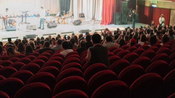 Зрительный зал во время концерта группы Шамс в Москве - Sputnik Таджикистан