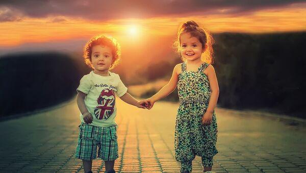 Мальчик и девочка на фоне заката, архивное фото - Sputnik Таджикистан