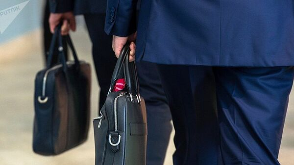 Мужчины с портфелем в руке. Архивное фото - Sputnik Тоҷикистон
