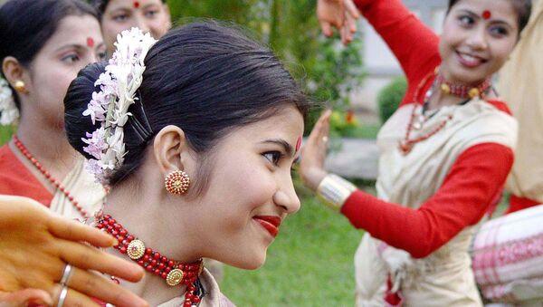 Молодые танцовщицы исполняют традиционный танец на церемонии празднования солнечного Нового года в Индии. Архивное фото - Sputnik Тоҷикистон