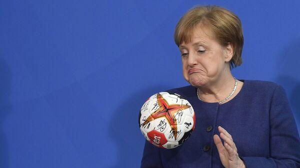 Канцлер Германии Ангела Меркель с мячом для гандбола - Sputnik Таджикистан