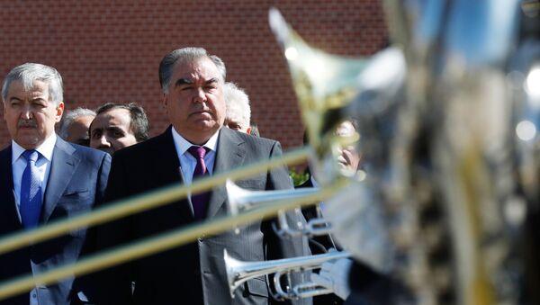 Президент Таджикистана Эмомали Рахмон возложил цветы к Могиле Неизвестного Солдата в Москве - Sputnik Тоҷикистон